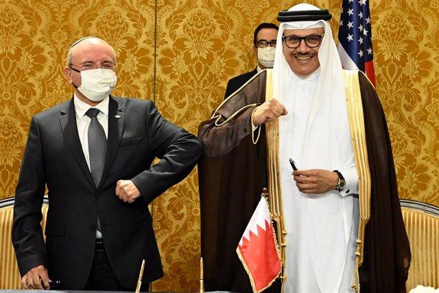 El presidente del Consejo de Seguridad Nacional de Israel, Meir Ben Shabbat (i), y el ministro de Exteriores de Bahréin, Abdulatif bin Rashid al Zayani (d), tras la firma del acuerdo para normalizar relaciones