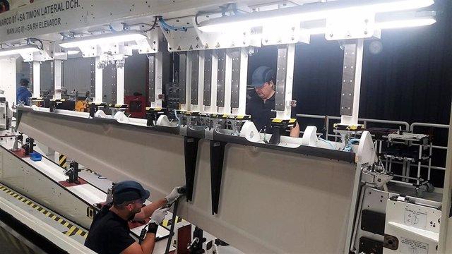 Imagen de archivo de operarios de Airbus trabajando sobre el timón del A320.