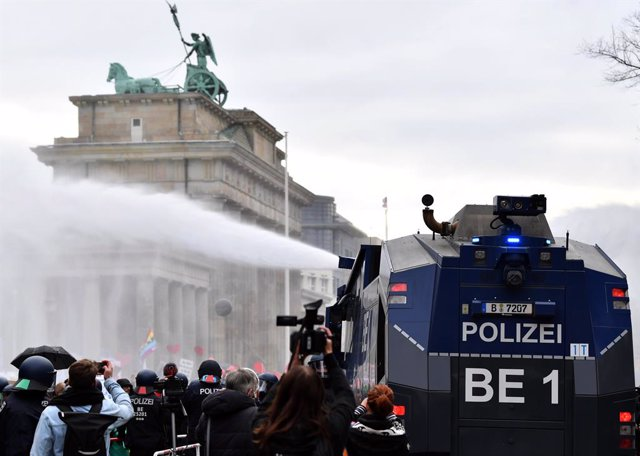 18 November 2020, Berlin: Police use water cannons to disperse protesters during a protest against the coronavirus restrictions adopted by the German and state governments. Photo: Paul Zinken/dpa