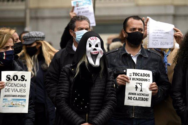 Trabajadores del sector de las agencias se concentran con caretas similares a la del film 'Scary movie' y carteles reivindicativos frente al Congreso de los Diputados, en Madrid (España), a 18 de noviembre de 2020.