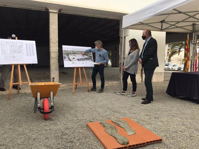 La presidenta del Govern, Francina Armengol, en el acto de colocación de la primera piedra de la futura Escuela de Hoteleria en Sa Coma.