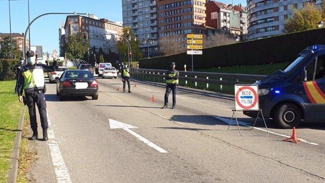 Control de la Policía tras el cierre del perímetro en Oviedo por COVID-19