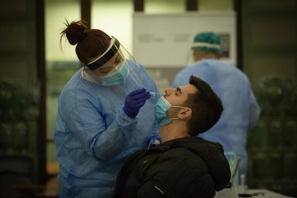 Bruselas pide a los 27 criterios comunes sobre antígenos y que sean sanitarios quienes realicen los test