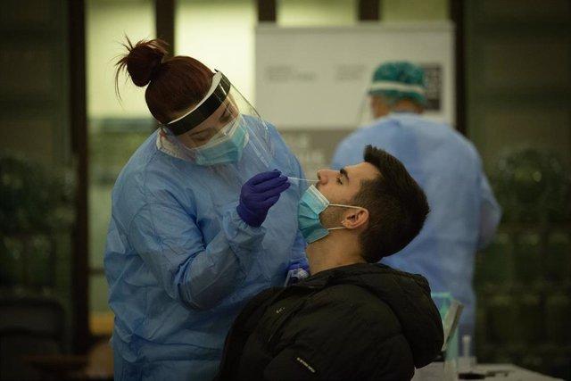 Personal sanitario realiza test rápido de antígenos a profesionales de canto y música en el Conservatorio Municipal de Música, en Barcelona.