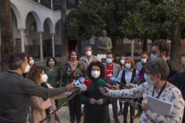 La diputada de Adelante Andalucía Maribel Mora atiende a los medios.