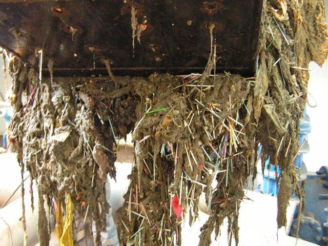 Las depuradoras gestionadas por Hidraqua tratan anualmente 134 camiones de residuos sólidos debido al mal uso del alcantarillado