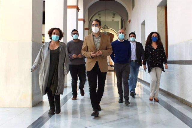 El coordinador de IU Andalucía, Toni Valero, junto a diputados de Adelante Andalucía en el Parlamento.