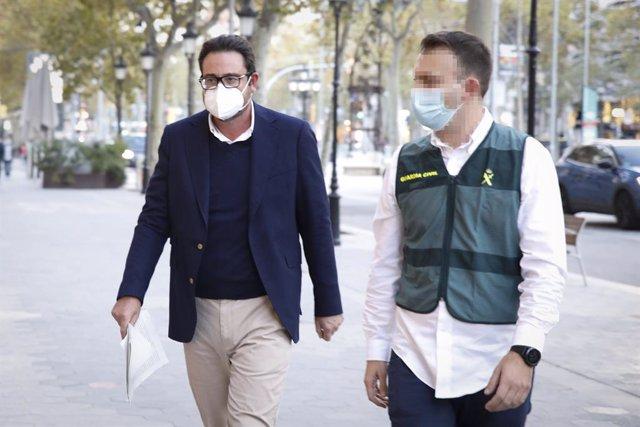 L'empresari David Madí arriba al seu despatx d'Aigües de Catalunya acompanyat d'un agent. Barcelona, Catalunya (Espanya), 28 d'octubre del 2020.