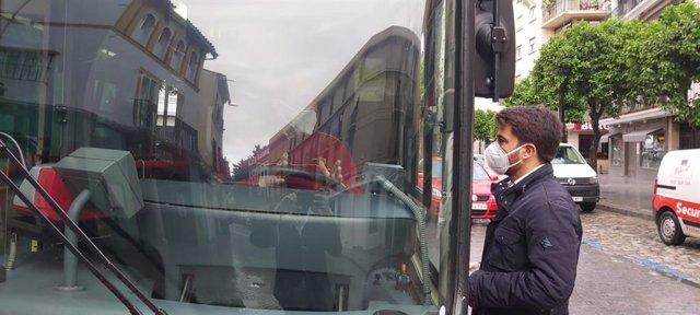 Beltrán Pérez en un autobús de Tussam.
