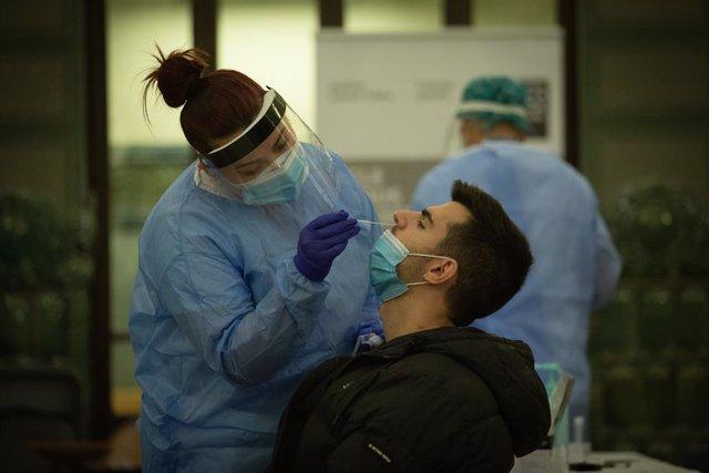 Personal sanitario realiza test rápido de antígenos a profesionales de canto y música en el Conservatorio Municipal de Música, en Barcelona, Catalunya (España), a 11 de noviembre de 2020.  El Hospital Germans Trias i Pujol de Badalona (Barcelona) y la Fun