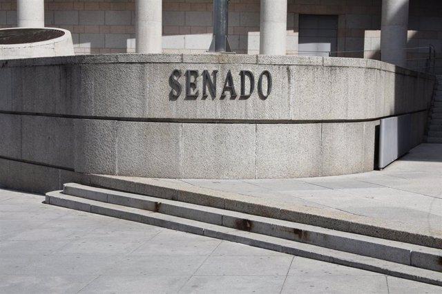 Planca en la que se lee 'Senado' en la fachada exterior del edificio del Senado en Madrid.