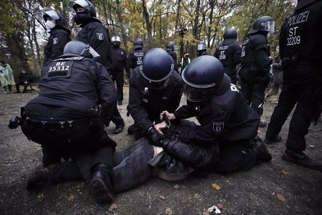 18 November 2020, Berlin: Policemen detain a protester during a demonstration against the coronavirus restrictions adopted by the Federal and state governments as well as the adoption of the amendment to the Infection Protection Act by the German Bundesta