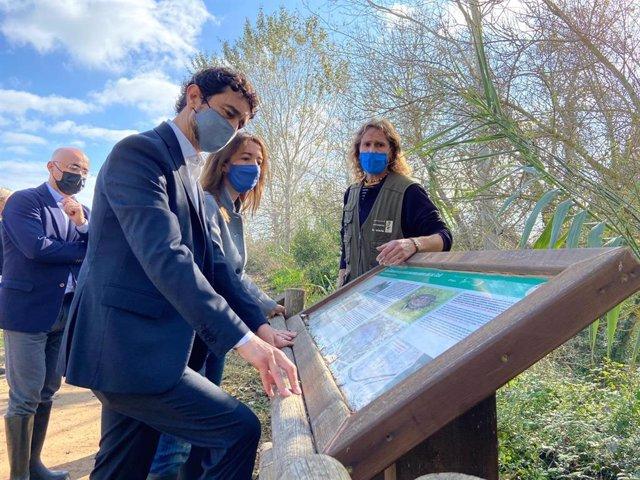 El conseller de Territorio y Sostenibilidad, Damià Calvet, en una visita a la finca de La Plana del Vinyet (Tarragona)