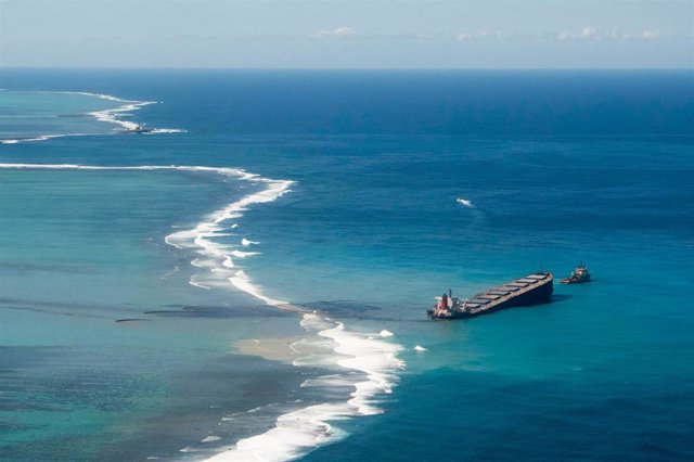 FILED - 11 August 2020, Mauritius, ---: A general view of the oil leaking from the MV Wakashio, a bulk carrier ship that recently ran aground off the south-east coast of Mauritius. Photo: Gwendoline Defente/EMAE via ZUMA Wire/dpa