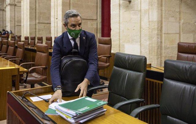 El consejero de Hacienda y Financiación Europea, Juan Bravo, llega al pleno para el Debate de totalidad del proyecto de Ley de Presupuestos para 2021. En el Parlamento de Andalucía, Sevilla (Andalucía, España), a 18 de noviembre de 2020.