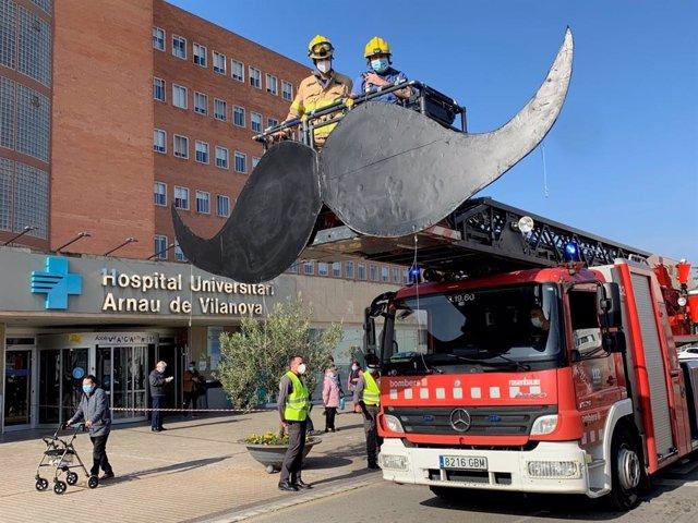 Los bomberos han colgado un bigote gigante en la fachada del hospital