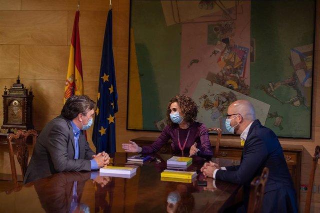Tomás Guitarte (Teruel Existe) en su reunión con la ministra de Hacienda, María Jesús Montero, y el responsable económico de Unidas Podemos, Nacho Álvarez