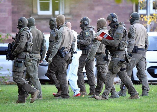 Agentes de Policía se llevan al detenido como supuesto autor del tiroteo cerca de una sinagoga en Halle, en el este de Alemania