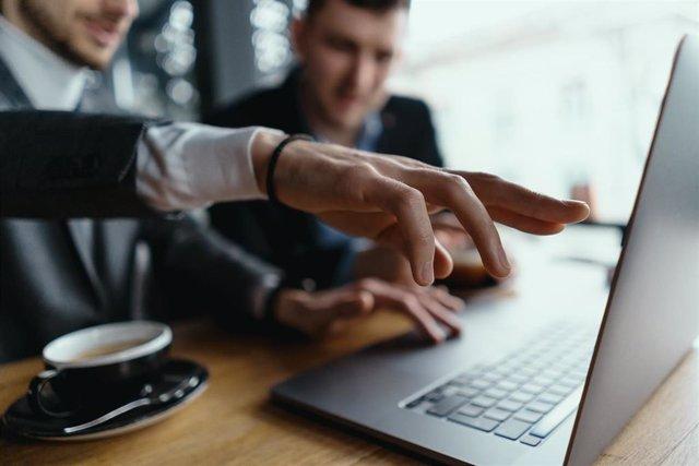 Endesa y Autoocupació lanzan un programa de 'mentoring' y microcréditos para pequeñas empresas.