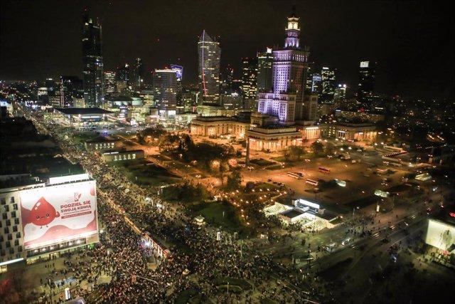 Una multitud marcha por el centro de la capital polaca, Varsovia, en contra de la reforma del aborto.