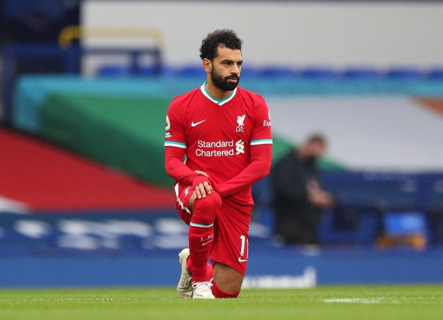 17 October 2020, England, Liverpool: Liverpool's Mohamed Salah takes a knee in support of the Black Lives Matter movement before the English Premier League soccer match between Everton and Liverpool at Goodison Park. Photo: Peter Byrne/PA Wire/dpa