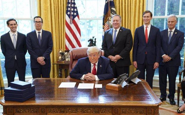 El presidente de Estados Unidos, Donald Trump, y el secretario de Estado, Mike Pompe, entre otros cargos de su Administración.