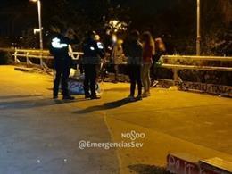 Denunciado un grupo de jóvenes que hacía botellón de madrugada en el Paseo Juan Carlos I de Sevilla