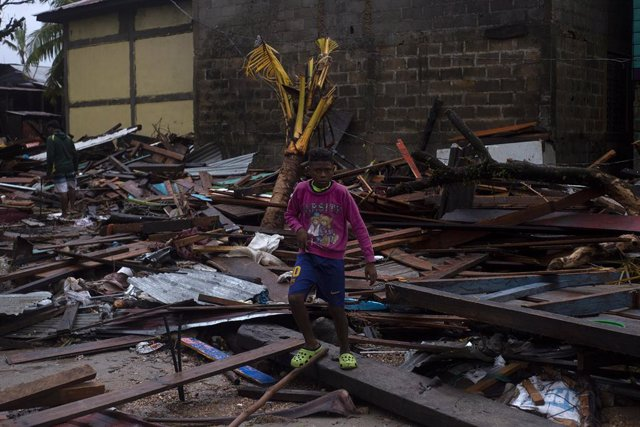 Un niño entre los escombros de una casa destruida por el huracán 'Iota' en Nicaragua