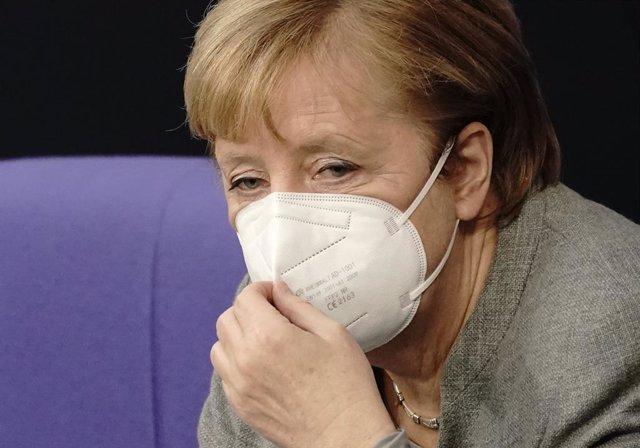 Angela Merkel se ajusta la mascarilla en el Parlamento alemán
