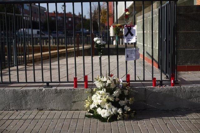 Verjas con crespón negro y flores en apoyo al joven asesinado en la localidad en una de las calles de Velilla de San Antonio, en Madrid (España), a 18 de noviembre de 2020. Los agentes del grupo de la Policía Judicial de la Guardia Civil de Rivas Vacimadr