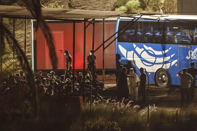 Varios inmigrantes llegan a Barranco Seco, donde se ha habilitado una instalación militar para la acogida., en Gran Canaria.