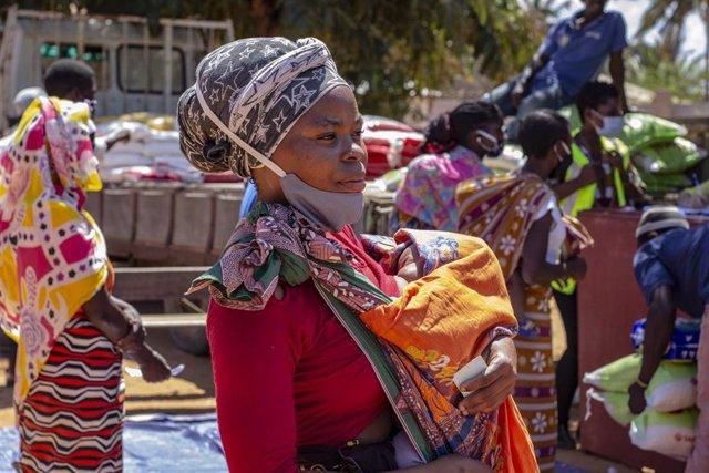 Una madre y su hijo esperan a recibir ayuda alimentaria del PMA en Cabo Delgado, Mozambique