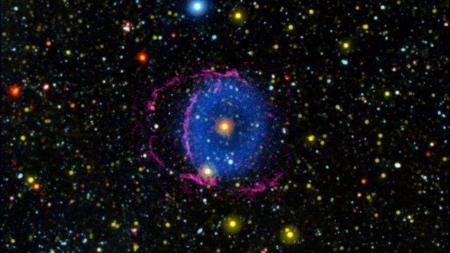 La Nebulosa del Anillo Azul consta de dos conos de gas en expansión expulsados ??al espacio por una fusión estelar.