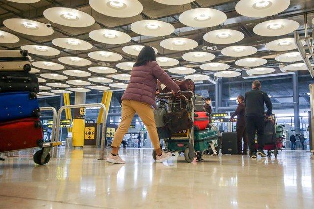 Varios pasajeros caminan por las instalaciones de la T4 del Aeropuerto Adolfo Suárez Madrid-Barajas, en Madrid, (España), a 12 de noviembre de 2020. En plena segunda ola de la pandemia del Covid-19, desde este jueves tal y como recoge el Boletín Oficial d