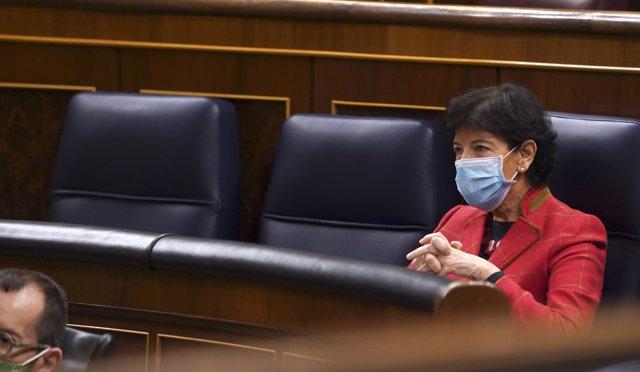 La ministra de Educación, Isabel Celaá, en el pleno del Congreso