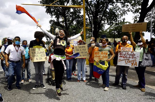 03 October 2020, Venezuela, Valencia: Protesters shout slogans and hold placards during a protest against Venezuela President Nicolas Maduro and his government. Photo: Juan Carlos Hernandez/ZUMA Wire/dpa