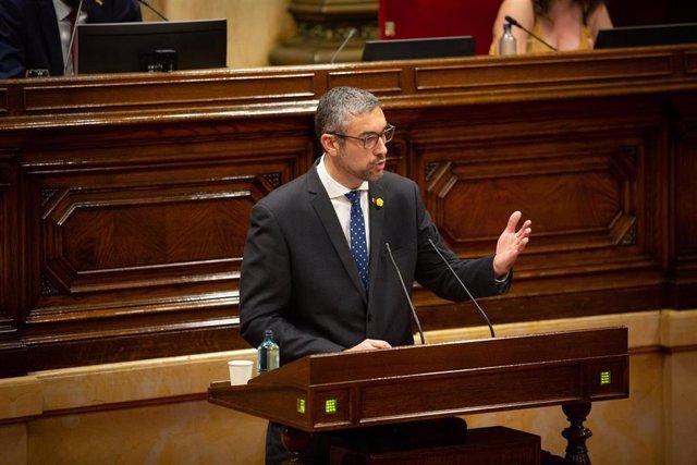 El conseller de Acción Exterior de la Generalitat, Bernat Solé, en el pleno del Parlament monográfico sobre el coronavirus.