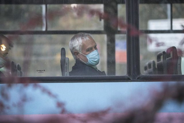 Un hombre con mascarilla en un autobús de Teherán