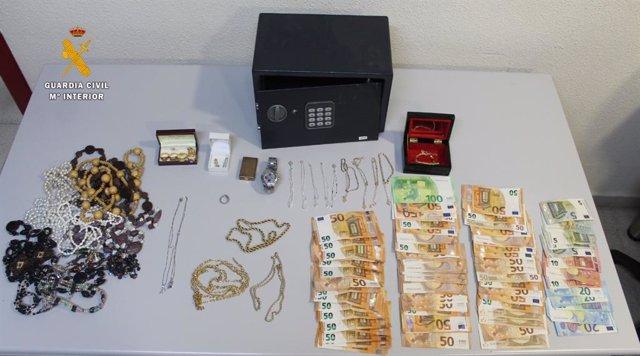 Material y dinero incautado en la vivienda de Aldeaseca de la Armuña (Salamanca).