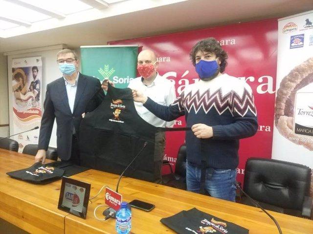 De izda a dcha, Samuel Moreno, Juanjo Delgado y Rubén García presentan el delantal solidario de Torrezno de Soria.