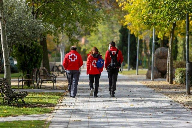 Tres voluntarios de Cruz Roja.