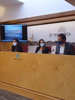 El conseller de Movilidad, Marc Pons (derecha), en Menorca
