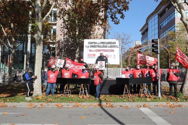 Un portavoz interviene en una concentración convocada frente a la Asamblea de Madrid convocada por CC.OO. y UGT, en Madrid (España), a 19 de noviembre de 2020.