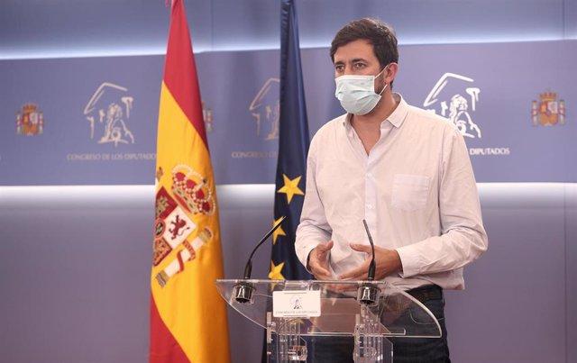 El diputado de Unidas Podemos y representante de Galicia En Común, Antón Gómez-Reino, interviene en una rueda de prensa en el Congreso de los Diputados.