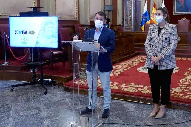El alcalde de Santa Cruz de Tenerife, José Manuel Bermúdez, y la concejal de Acción Social, Rosario González, en la presentación del proyecto 'SCVital'