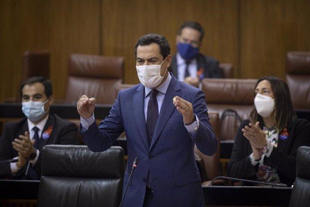 El presidente de la Junta de Andalucía, Juanma Moreno, durante su intervención en la sesión de control al gobierno en el Pleno del Parlamento andaluz. En Sevilla (Andalucía, España), a 19 de noviembre de 2020.