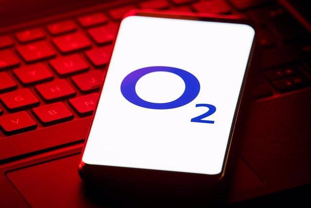 Logotipo de O2, la filial de Telefónica en Reino Unido, en un smartphone