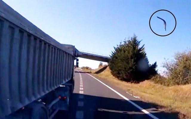 Corte de paso e impacto, viéndose saltar una pieza de la cabina procedente del camión de la víctima