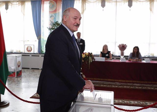 El presidente de Bielorrusia, Alexander Lukashenko, vota en las elecciones presidenciales
