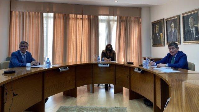 De izquierda a derecha: Miguel Ángel Calleja, jefe de Servicio de la Unidad de Farmacia del Hospital Universitario Virgen Macarena; Mariló Montero, periodista y moderadora del acto; Manuel Pérez, presidente del Colegio de Farmacéuticos de Sevilla.